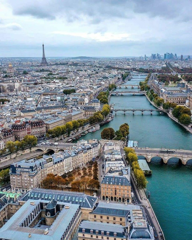 Paris_France_010620A